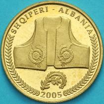 Албания 10 леков 2005 год. Традиционная одежда.